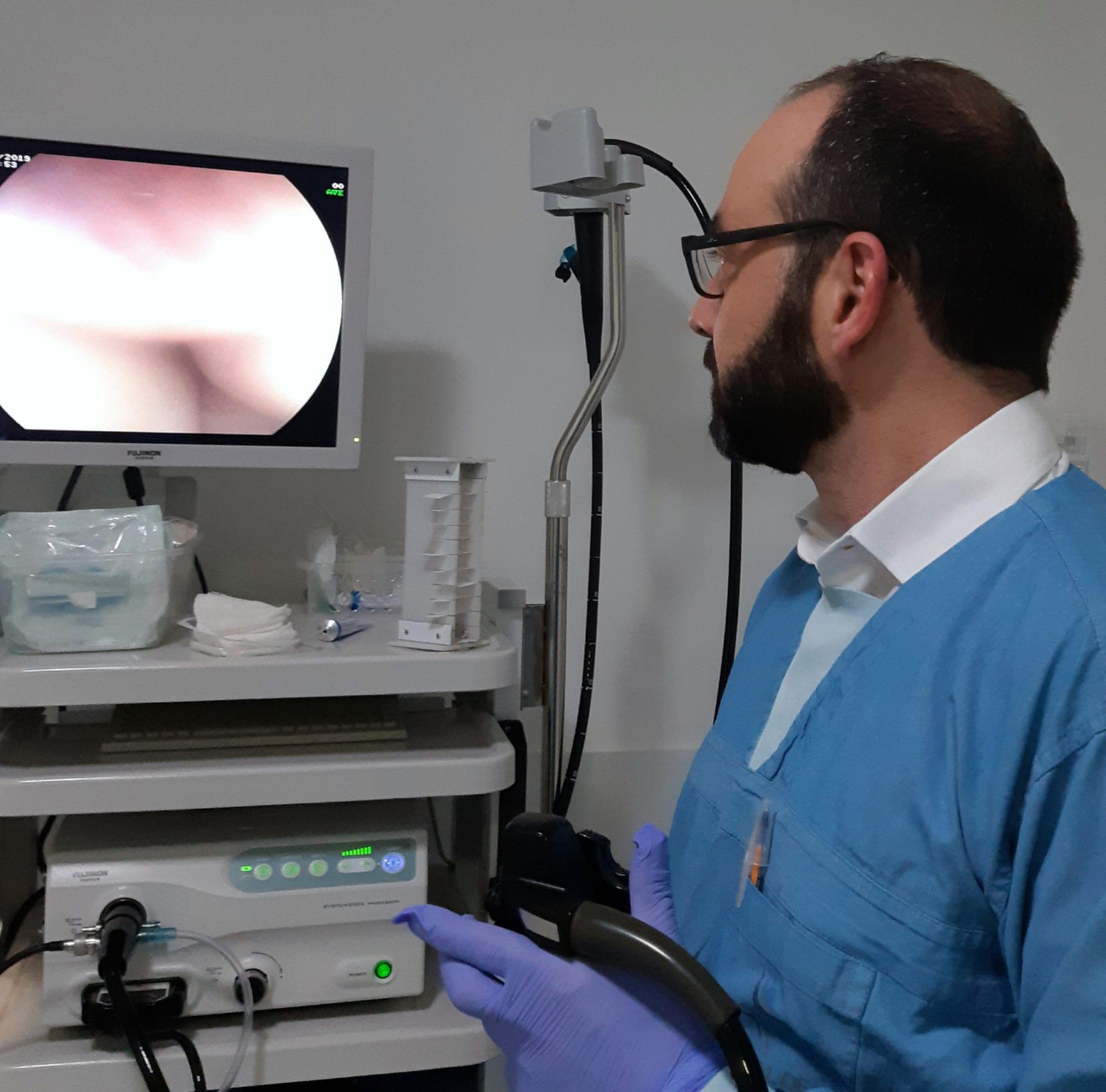 A colonoscopia é um exame endoscópico que permite a avaliação do intestino grosso e reto.